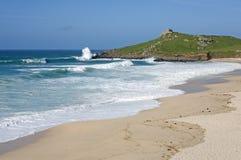 Het Atlantische overzees breekt op Porthmeor strand St. Ives. stock fotografie