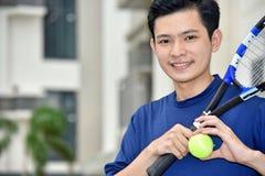 Het atletische de Speler van het Minderheids Mannelijke Tennis Glimlachen royalty-vrije stock foto's
