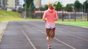 Het atletische geschikte Kaukasische vrouw opwarmen voor stoot aan stock footage