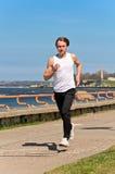 Het atletische jonge mannelijke lopen Stock Afbeelding