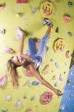 Het atletische meisje beklimmen Stock Afbeeldingen
