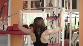 Het atletische Meisje is bij een Gymnastiek stock video