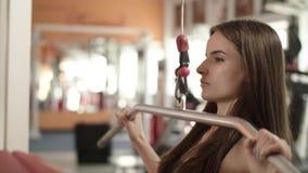 Het atletische Meisje is bij een Gymnastiek stock footage
