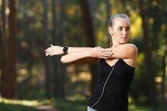 Het atletische Meisje Uitrekken zich in Sunny Park royalty-vrije stock foto's