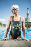 Het atletische meisje in zwemt pool Stock Afbeelding
