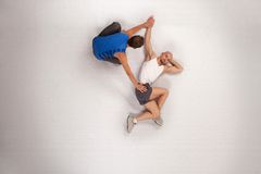 het atletische mens streching met persoonlijke trainer Stock Foto's
