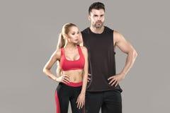 Het atletische paar stellen in studio Stock Foto