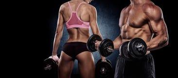 Het atletische paar stelt voor de camera stock afbeeldingen