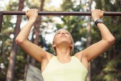 Het atletische vrouw doen trekt uit stock afbeeldingen