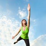 Het atletische vrouw in evenwicht brengen voor blauwe hemel Royalty-vrije Stock Afbeelding