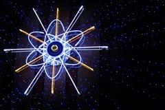 Het atoomteken van het neon met het richten van blauwe sterren Royalty-vrije Stock Afbeeldingen