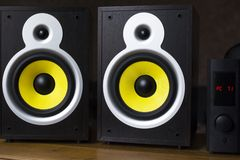 Het audiosysteem spelen via mobiele, grote gele sprekers verbond met de telefoon royalty-vrije stock foto's