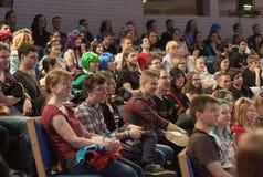 Het auditorium van jongeren in lezingszaal luistert besprekingen in Animefest stock afbeelding
