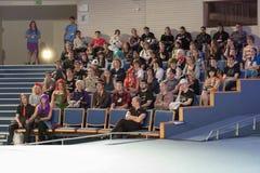 Het auditorium van jongeren in lezingszaal luistert besprekingen in Animefest royalty-vrije stock afbeelding
