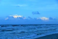 Het aura van schemering draait het strandmilieu een mooi blauw stock foto