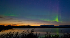 Het Aurora borealis Noordelijke lichten van de middernachtzomer Royalty-vrije Stock Afbeeldingen