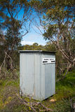 Het Australische Bush-Bijgebouw van de Toilet Lange Daling Royalty-vrije Stock Afbeeldingen