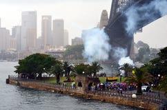 Het Australische Leger steekt een traditionele 21 Kanonbegroeting in brand Royalty-vrije Stock Foto