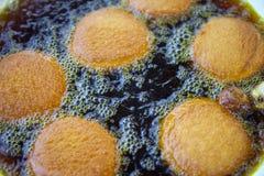 Het authentieke Braziliaanse Koken van Acaraje Dende Stock Foto's
