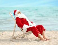 Het authentieke Santa Claus-ontspannen in ligstoel Stock Afbeeldingen