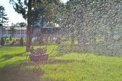 Het automatische Sproeier Water geven op groen gras Stock Foto