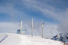 Het automatische weerstation is op de bovenkant van de berg Stock Afbeelding