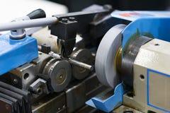 Het automobiel industriële metaalwerk die proces machinaal bewerken door knipselhulpmiddel bij CNC het malen stock afbeeldingen