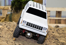 Het automodel pronkt met voor demonstratielooppas op zand Stock Afbeelding