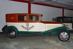 Het AUTOmuseum van de WERELD UITSTEKENDE AUTO, AHMEDABAD, GUJARAT, INDIA, 13 Januari 2018 Oude Uitstekende Auto en Blauwe Hemel royalty-vrije stock afbeeldingen