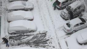Het autoparkeren stock video