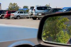 Het autoparkeren Bezinning in de spiegel Stock Foto