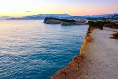 Het Avontuurtjestrand van beroemde Kanaald 'met mooie rotsachtige kustlijn in verbazende blauwe Ionische Overzees bij zonsopgang  royalty-vrije stock foto's