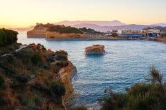 Het Avontuurtjestrand van beroemde Kanaald 'met mooie rotsachtige kustlijn in verbazende blauwe Ionische Overzees bij zonsopgang  stock afbeeldingen
