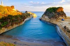Het Avontuurtjestrand van beroemde Kanaald 'met mooie rotsachtige kustlijn in verbazende blauwe Ionische Overzees bij zonsopgang  stock fotografie