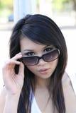 Het Aziatische Amerikaanse de vrouw van het portret gluren Royalty-vrije Stock Afbeelding