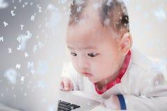 Het Aziatische babyjongen leren Royalty-vrije Stock Afbeeldingen