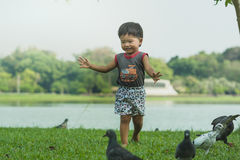 Het Aziatische babyjongen Spelen in park Royalty-vrije Stock Foto's