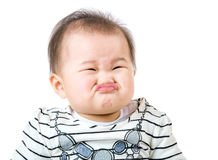 Het Aziatische babymeisje maakt verstoord gezicht stock fotografie