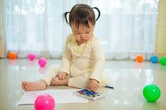 Het Aziatische babymeisje schilderen Royalty-vrije Stock Foto's