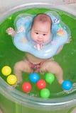 Het Aziatische babymeisje zwemmen Stock Afbeeldingen