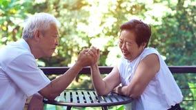 Het Aziatische bejaarde oude paar compromitteren in het geheim van het huwelijksleven van duurzame liefde stock foto's