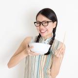 Het Aziatische Chinese meisje eten royalty-vrije stock afbeelding