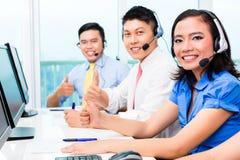 Het Aziatische Chinese team van de call centreagent Royalty-vrije Stock Afbeeldingen