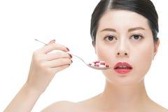 Het Aziatische de lepel van het vrouwengebruik nemen talrijk van geneeskundepil royalty-vrije stock afbeelding