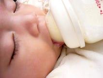 Het Aziatische de tong van de babyslaap uit plakken, close-up Royalty-vrije Stock Afbeeldingen