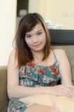 Het Aziatische de vrouw van Attrative ontspannen Stock Afbeeldingen