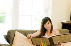 Het Aziatische de vrouw van Attrative ontspannen Royalty-vrije Stock Afbeeldingen