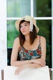 Het Aziatische de vrouw van Attrative ontspannen Stock Afbeelding