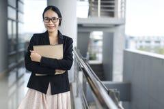 Het Aziatische document van het het kostuumbedrijfsdossier van de bedrijfsvrouwenslijtage stock afbeeldingen