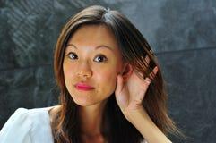 Het Aziatische Gebaar van de Hand van het Meisje - Hoorzitting 3 Stock Fotografie